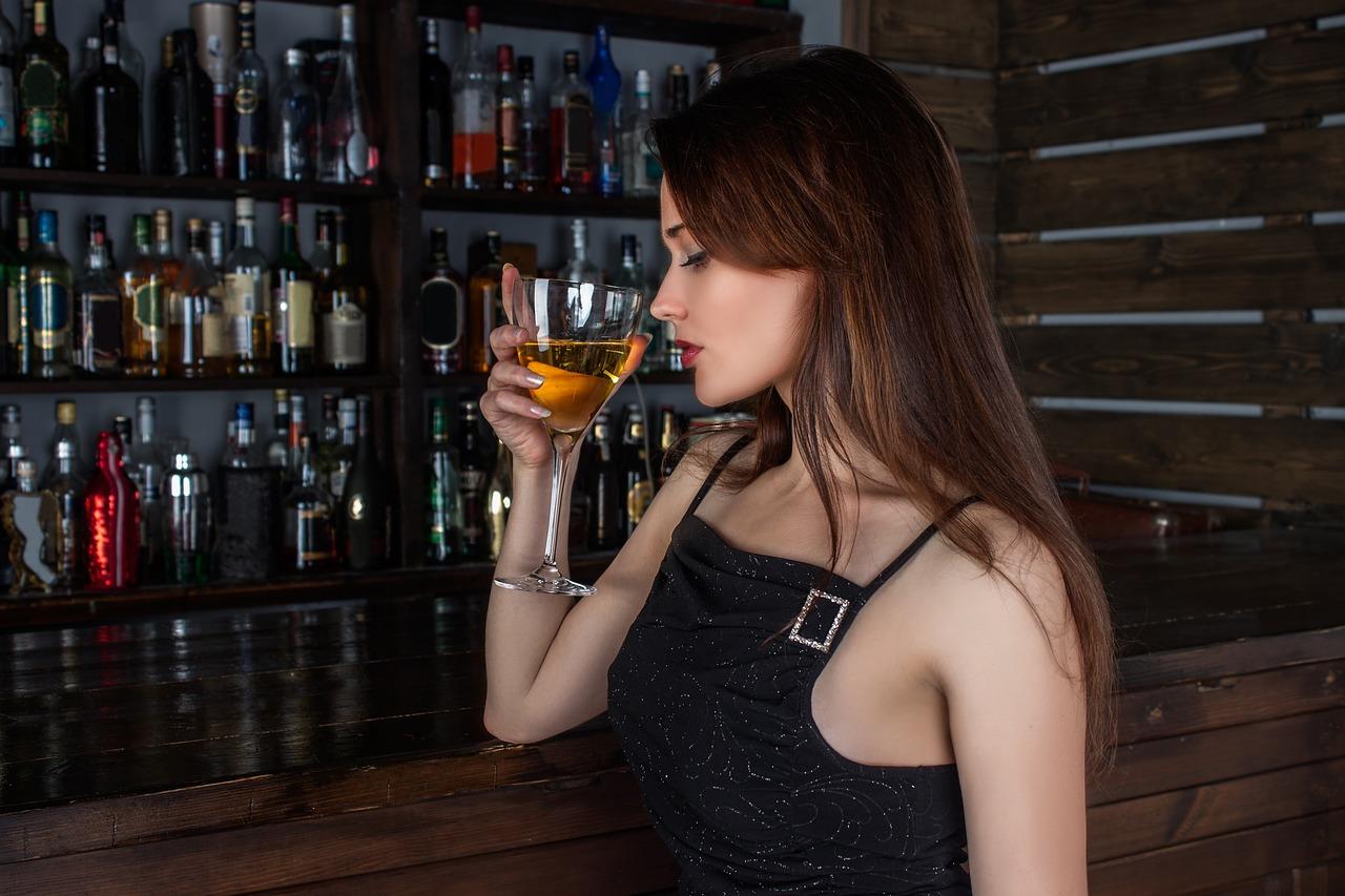 kobieta pijaca wino
